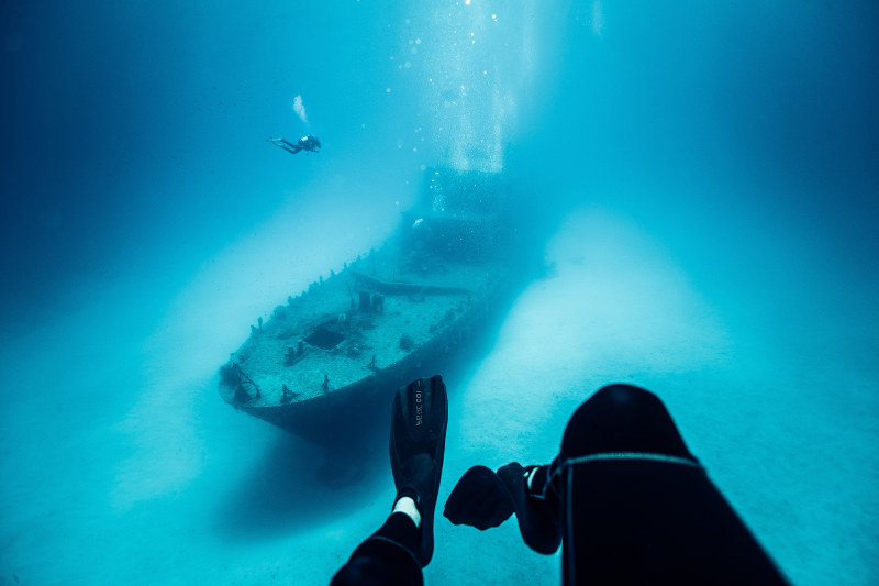 Divers-and-P31-wreck